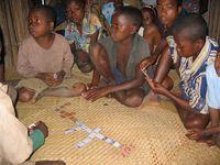 Ecoliers jouant aux dominos, Farafangana, Madagascar
